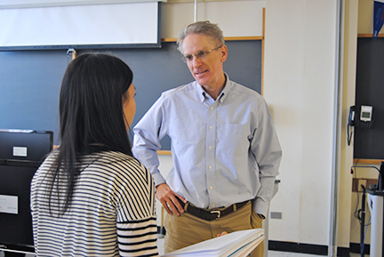 Professor Hann chats with a journalism student. Photo by Nicole Reeves